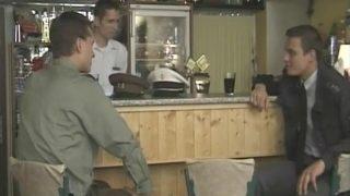 3 officiers dans un bar se retrouvent avec la trique