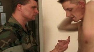 Deux militaires hyper virils