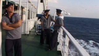 Les marins se jettent à l'eau
