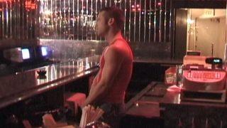 Des gars virils baisent dans un bar